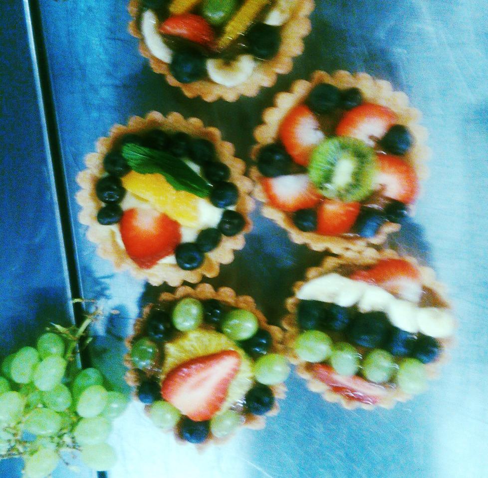 Babeczki z kruchego ciasta z kremem i owocami