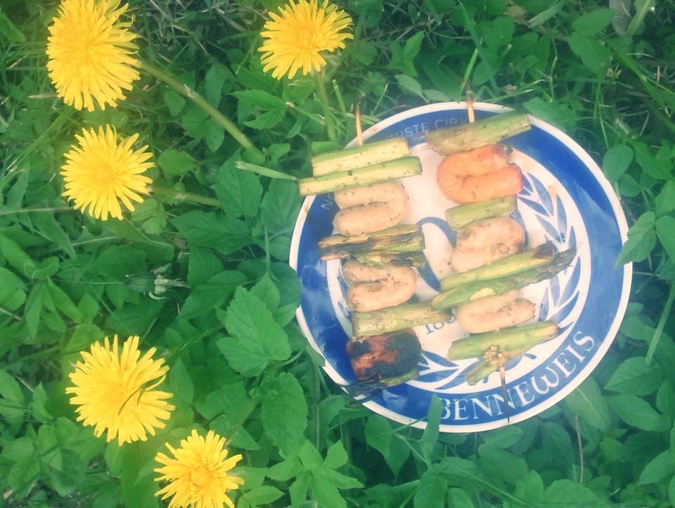 Szaszłyki: kiełbaski i szparagi z grilla
