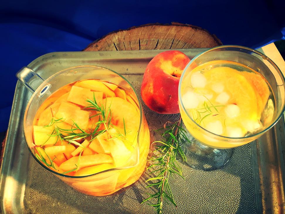 Sangria bianco z brzoskwiniami i rozmarynem