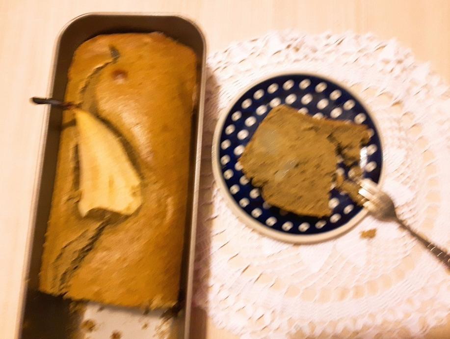 Ciasto cynamonowe z cukinią i całą gruszką