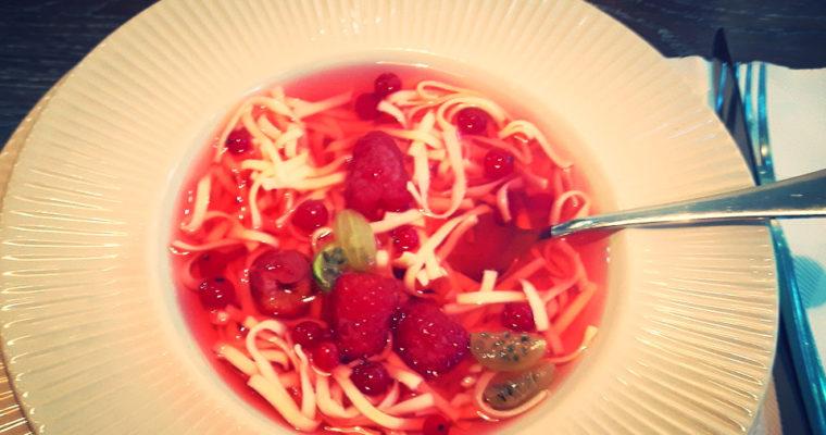 Zupa owocowa z makaronem – smak lata