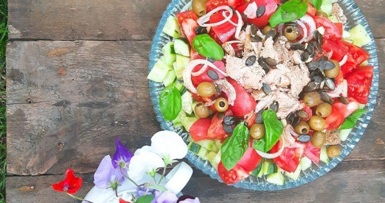 Pomidorowa sałatka panzanella z tuńczykiem