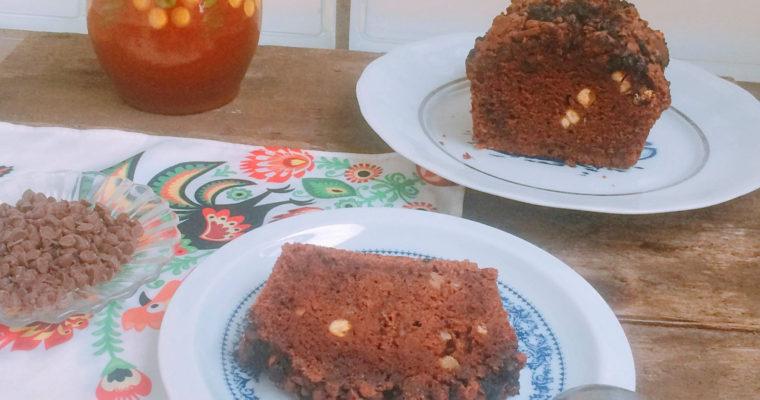 Czekoladowe ciasto z ciecierzycy z czekoladowymi kropelkami
