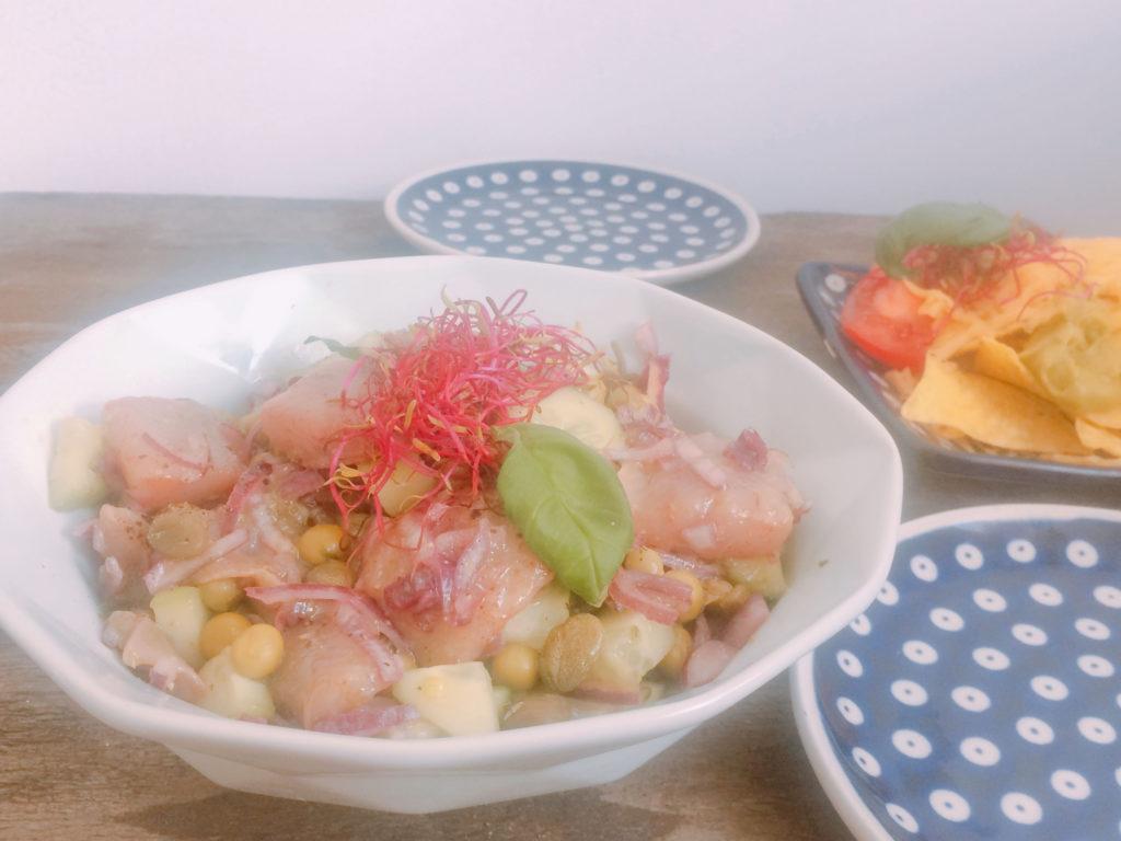 Przepis na sałatkę ze śledzia matiasa z groszkiem i ogórkiem