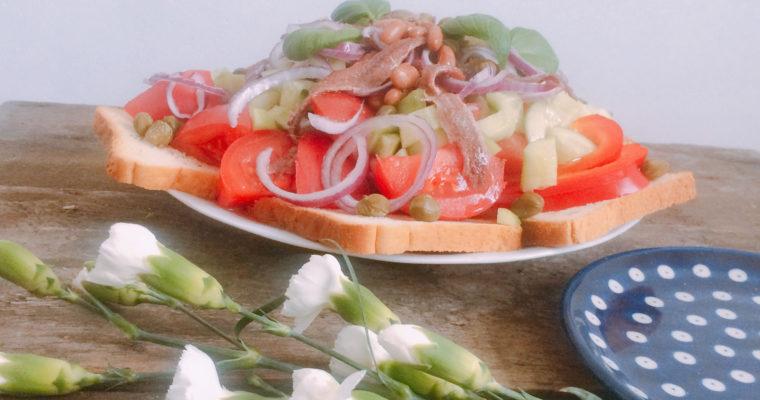 Panzanella – wersja zimowa sałatki zpomidorów isucharków