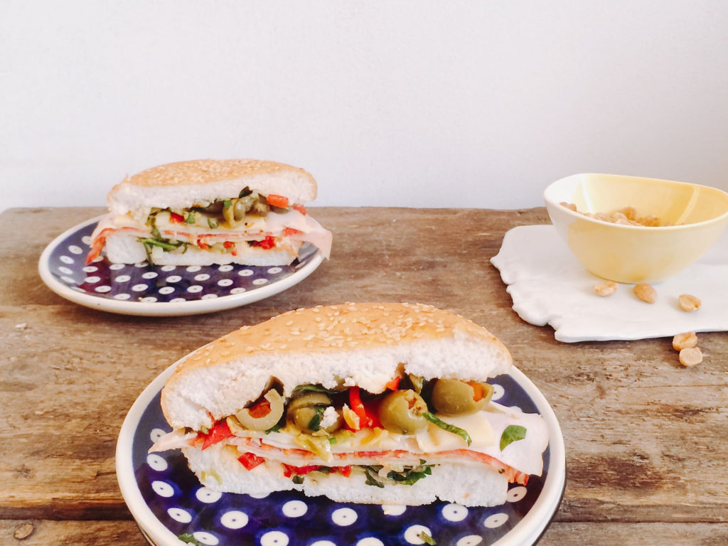 Muffuletta - włoska kanapka z wędliną i oliwkami