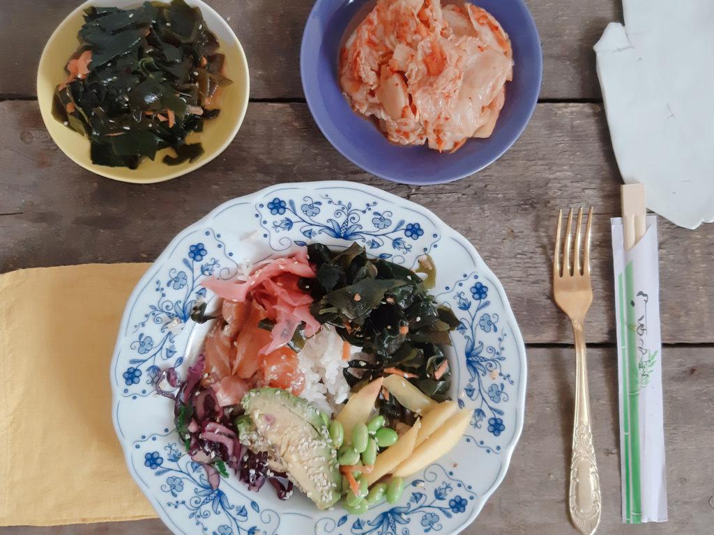 miska złososiem, kimchi iwakame