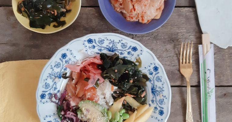 Niedzielny obiad  wstylu azjatyckim – miska złososiem, kimchi iwakame