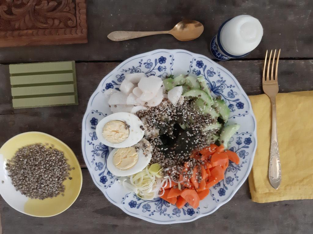Wiosenna sałatka z wodorostów wakame i nasion konopii