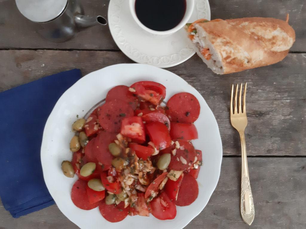 Sałatka z pomidorów i kiełbasy