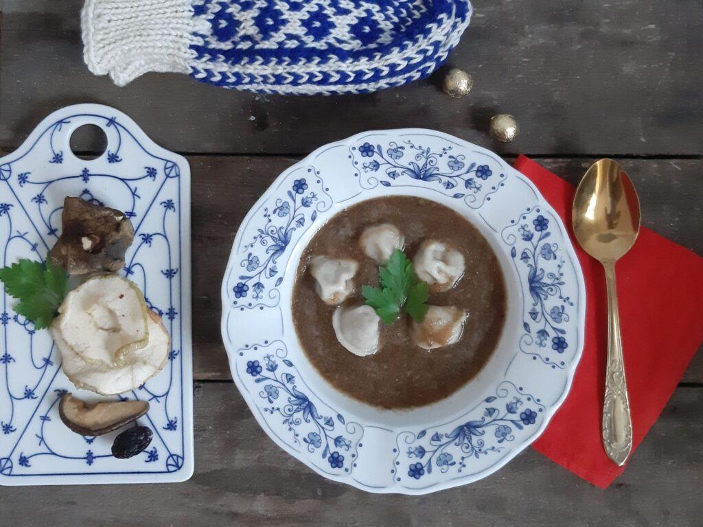 Zupa z suszonych grzybów i owoców